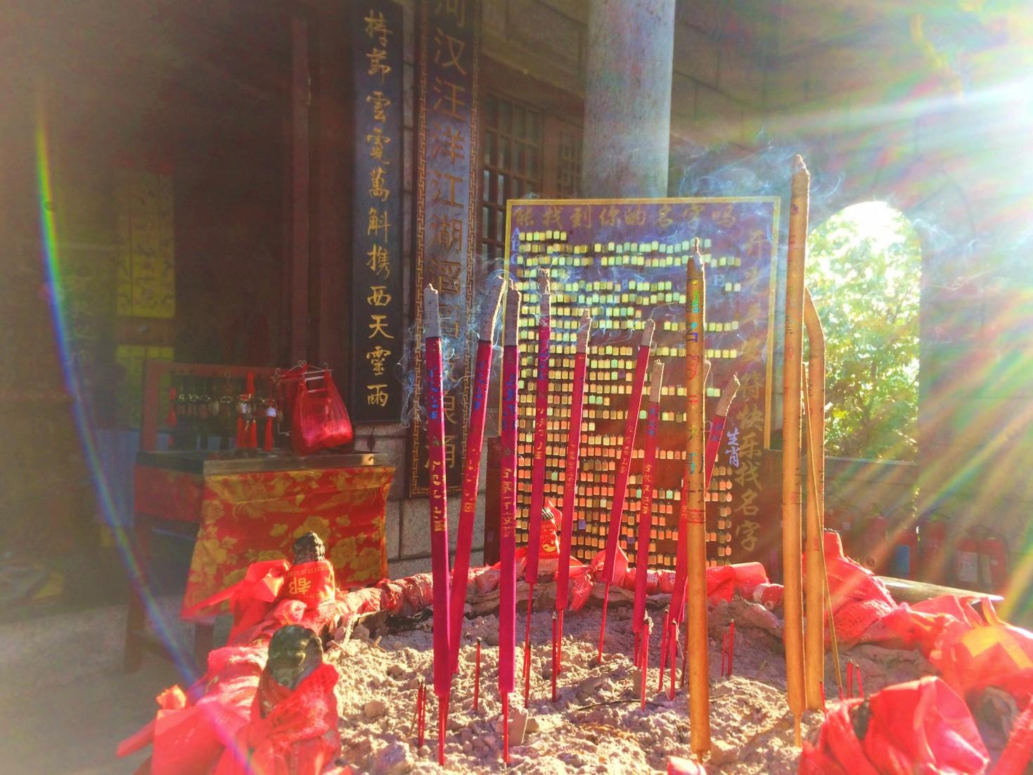 burning-incense-at-buddhist-temple-at-huashan-2