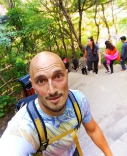 rob-taylor-hiking-at-death-planks-hike-huashan-national-park-3