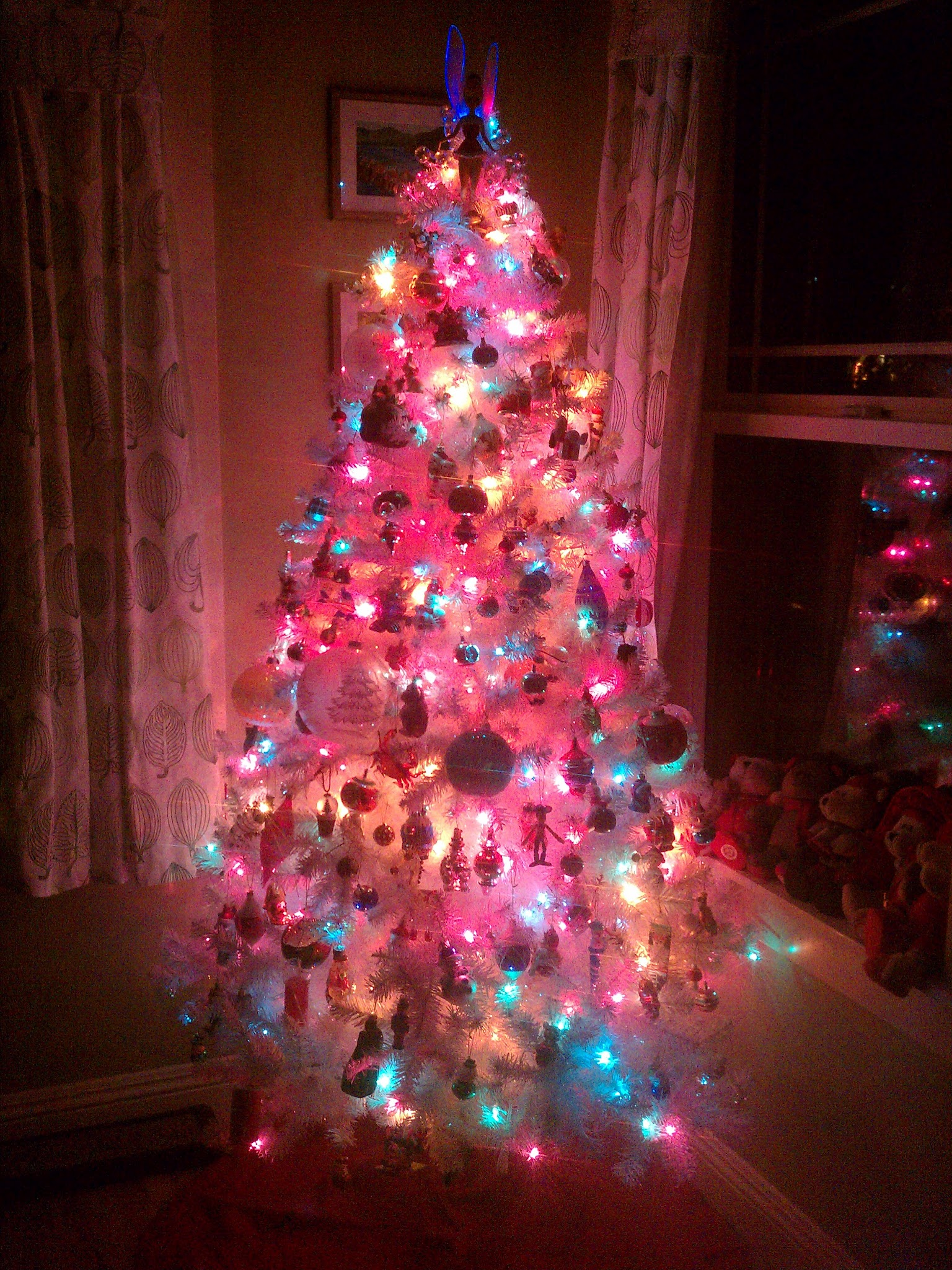 Fully Decorated White Fake Christmas Tree 2 Travel Dads