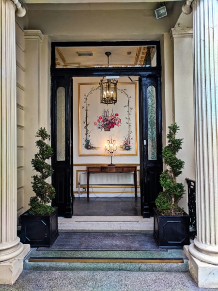 Entrance to Colonnade Hotel London 1