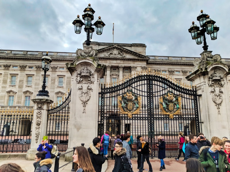 Exterior of Buckingham Palace through Gates London 2b