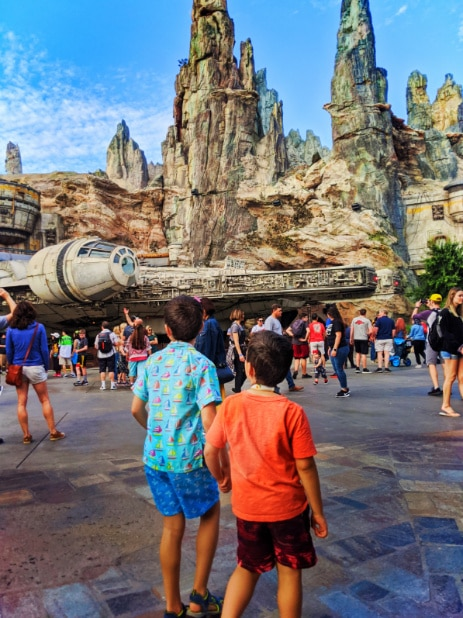 Taylor Family and Milenium Falcon in Galaxys Edge Star Wars Land Disneyland 2020 1